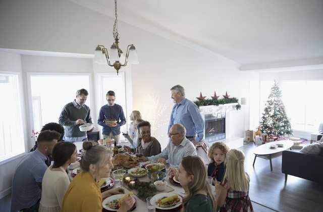 4 совета, как поговорить о деньгах с семьей на праздниках